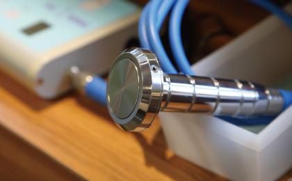 テーブルに置かれた超音波美顔器プローブのアップ写真