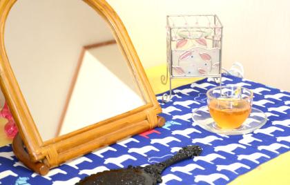 身支度を整えられるテーブルの上に置かれた鏡とウェルカムドリンクの写真
